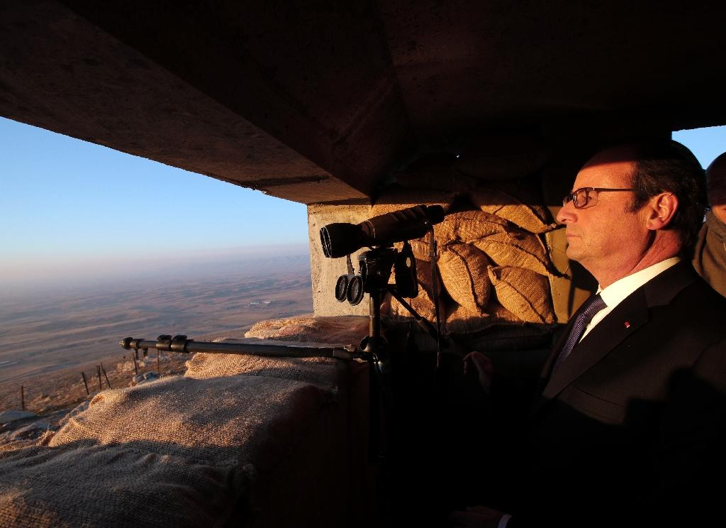 French President Francois Hollande looks at Islamic State-held territory as he visits a military outpost on the outskirts of the northern city of Mosul, on January 2, 2017 (AFP Photo/Christophe Ena)