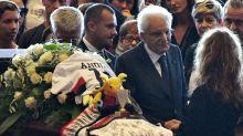 """Ponte Genova, i funerali di Stato delle vittime. Applausi per Salvini, Di Maio e Mattarella. Bagnasco: """"La città non si arrende"""""""