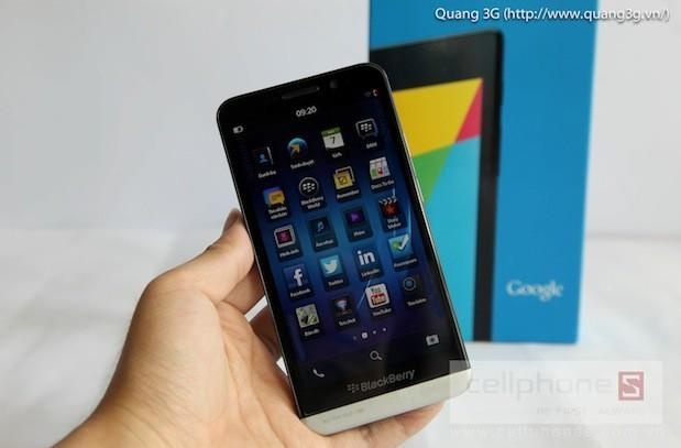 Rumored BlackBerry Z30 given the hands-on treatment in leaked video