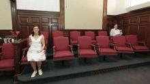 Eles se conheceram quando integraram um júri e acabaram se casando no mesmo tribunal