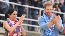 El príncipe Enrique y Meghan descalzos en una playa de Sídney por la salud mental