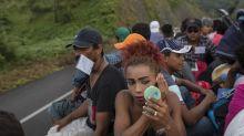 Transgénero que huyen de la violencia se unen a caravana