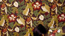 Artista faz seu corpo desaparecer com pinturas que se misturam a diferentes cenários
