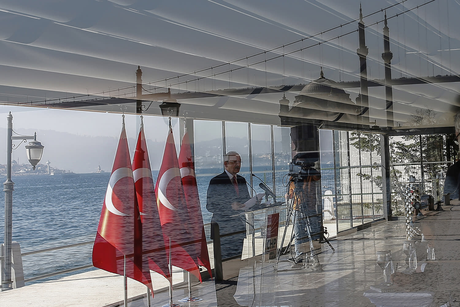 <p>Turkey's main opposition Republican People's Party leader Kemal Kilicdaroglu speaks during a press conference with the Bosporus in the background, in Istanbul, April 14, 2017. Turkey is heading to a contentious April 16 referendum on constitutional reforms to expand President Recep Tayyip Erdogan's powers. (Photo: Emrah Gurel/AP) </p>