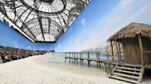 Chanel sfila a Parigi su una incredibile e realistica spiaggia cittadina: le foto