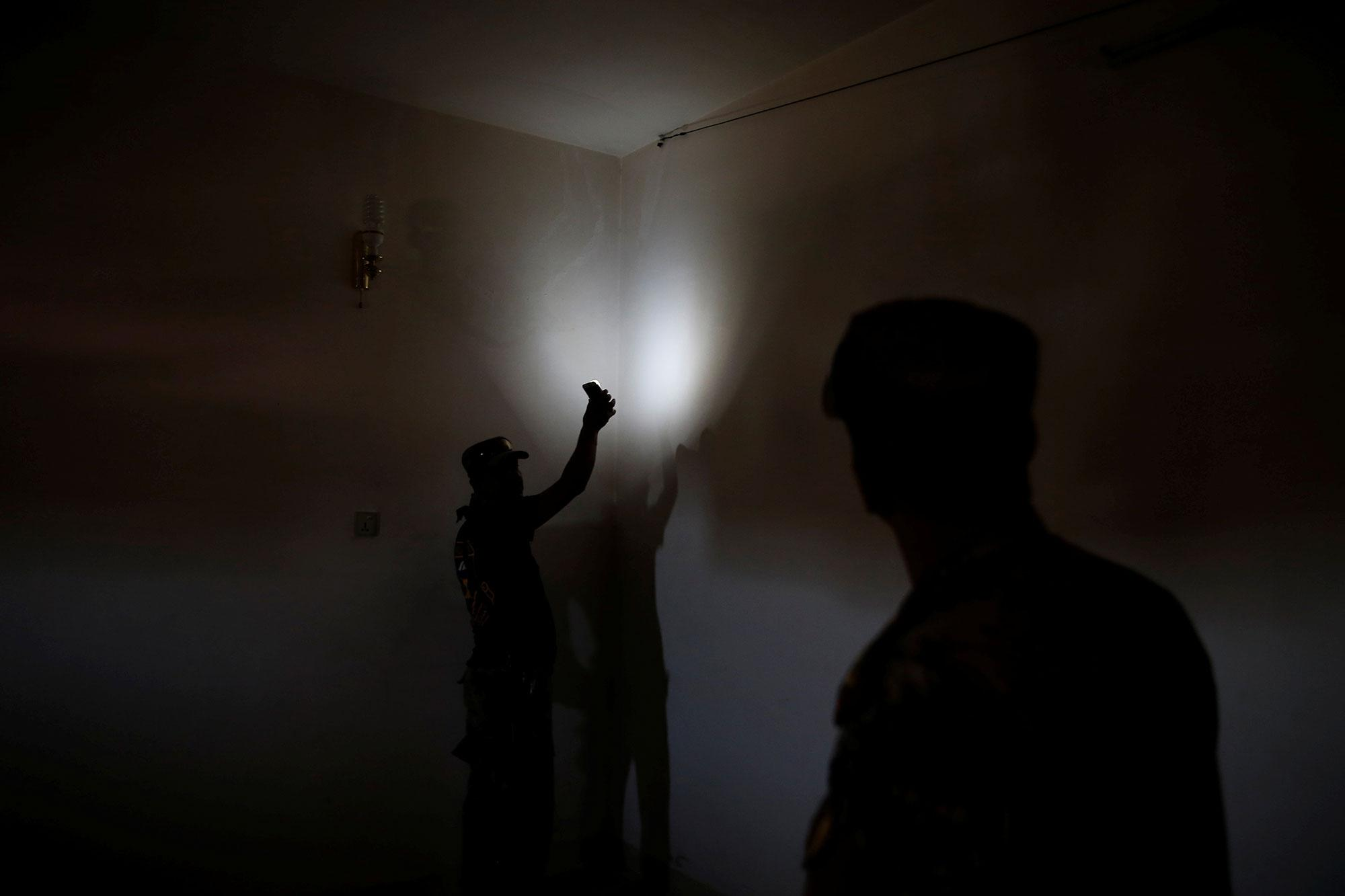 <p>Members of the Iraqi Army's 9th Armoured Division inspect the cables of the surveillance system inside a compound used as a prison by Islamic State militants in the 17 Tamuz (July 17) district, in western Mosul, Iraq, June 6, 2017. (Alkis Konstantinidis/Reuters) </p>