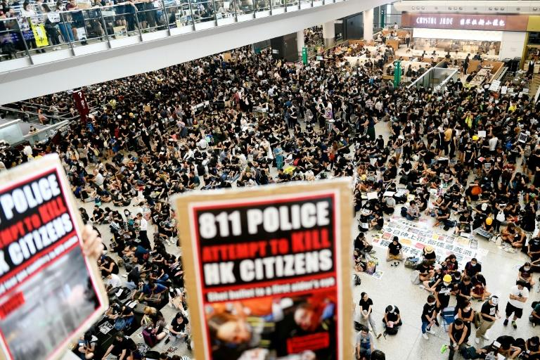 Thousands of pro-democracy protesters rally at Hong Kong's airport (AFP Photo/Manan VATSYAYANA)