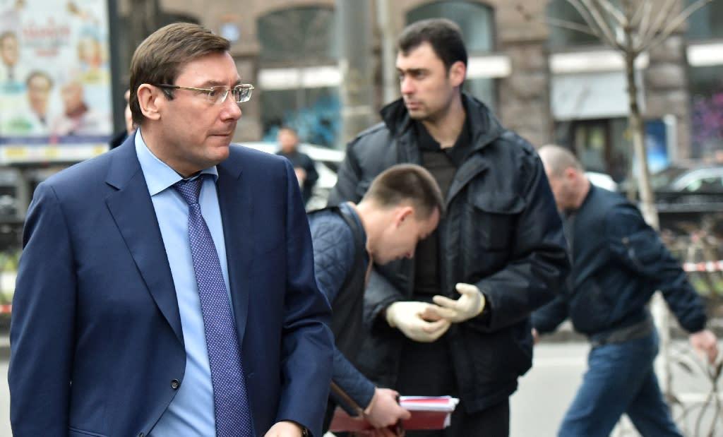 Ukraine's General Prosecutor Yuriy Lutsenko (L) stands on the site where former Russian MP Denis Voronenkov was shot dead on March 23, 2017 in the center of Kiev (AFP Photo/Sergei SUPINSKY )