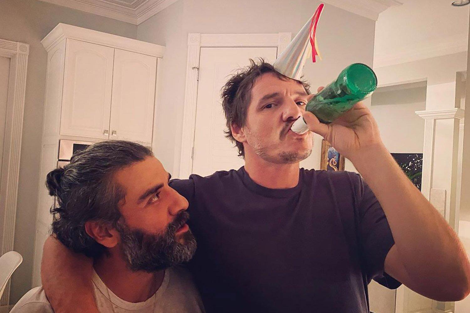 Poe and Mando! Star Wars ' Pedro Pascal and Oscar Isaac Ring in the New Year Together