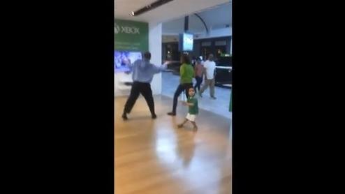 Man gets groovin at the mall