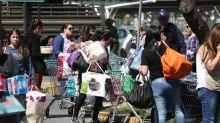 Largas colas, la rutina para ir al supermercado durante las protestas en Chile