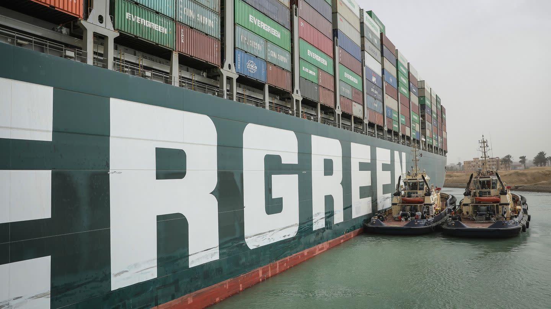 Zwei Schlepperboote helfen bei der Freisetzung des Containerschiffs «Ever Given».
