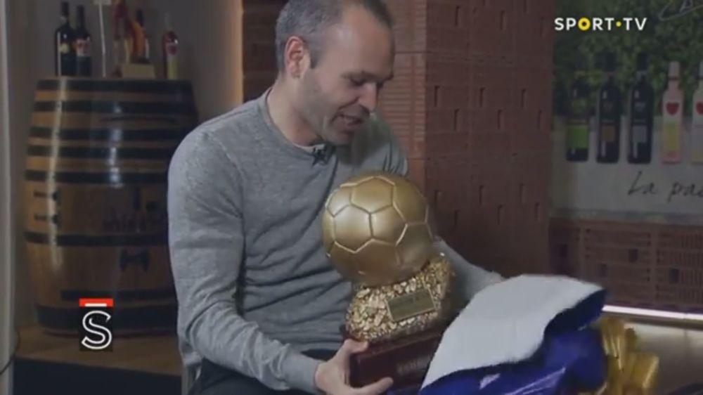 Entregan el Balón de Oro a Andrés Iniesta