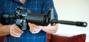 Cuando una mujer pedía en Michigan a sus gobernantes locales condenar a un grupo de odio, uno de ellos le mostró un rifle