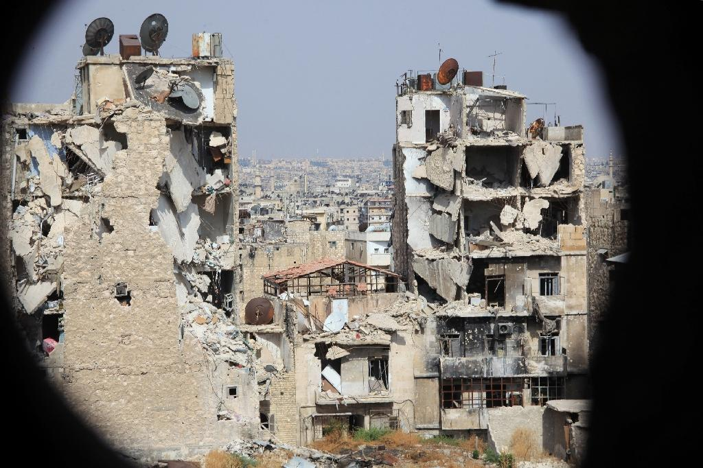 Heavily damaged buildings in the Syrian regime-controlled neighbourdhood of Karm al-Jabal in Aleppo, northern Syria on July 30, 2015 (AFP Photo/George Ourfalian)