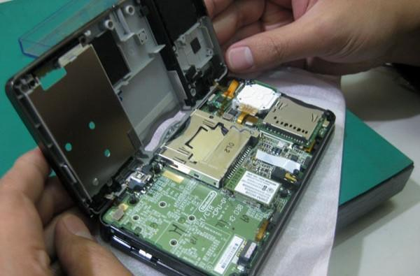 Alleged Nintendo 3DS roams the wild, gets thoroughly dismantled