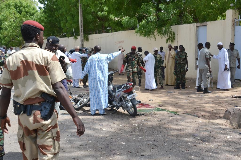 Chadian security forces cordon off the police headquarters in N'Djamena after a suicide bomb attack on June 15, 2015 (AFP Photo/Brahim Adji)