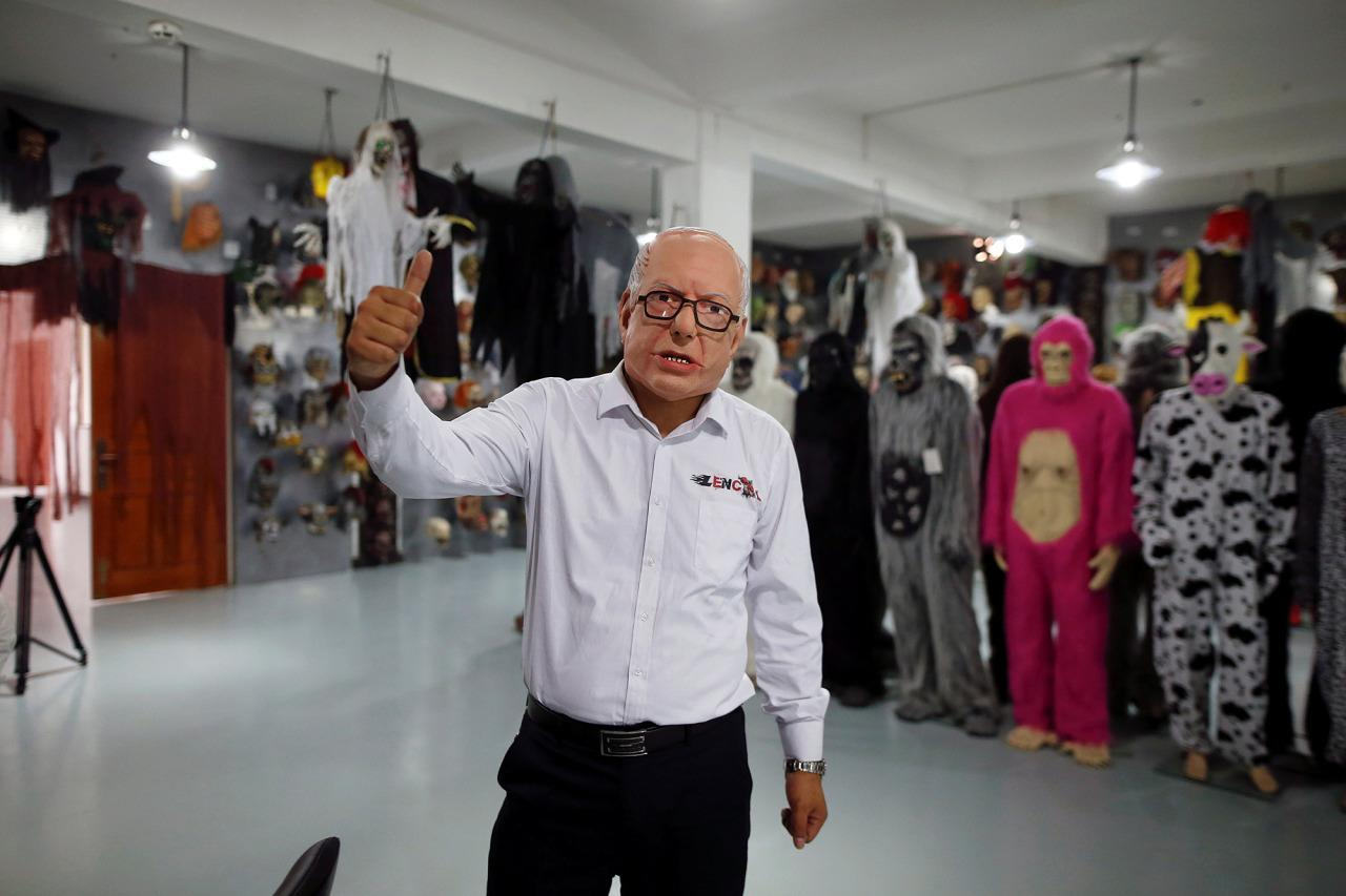 <p>The manager of Jinhua Partytime Latex Art and Crafts Factory wears a mask of Democratic presidential candidate Bernie Sanders as he gives a thumbs-up sign at his factory's showroom in Jinhua, China, on May 25, 2016. (Photo: Aly Song/Reuters) </p>