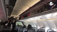 """Al grito de """"Presidente, Presidente"""" reciben a AMLO en avión que lo llevó a Ciudad Juárez"""