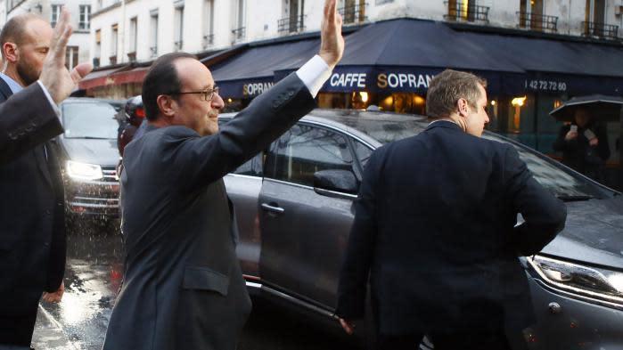 François Hollande se rend au théâtre pendant le deuxième débat de la primaire de la gauche