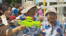 快新聞/記者遞防曬乳柯文哲回「哪需要」…慘被小朋友拿水槍狂射全身濕透