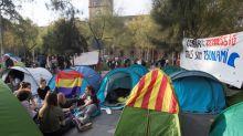 Dos detenidos en el desalojo de la plaza Universitat de Barcelona