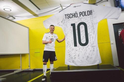 Podolski recebe enorme camisa da seleção e ouve de Müller: 'É especial'