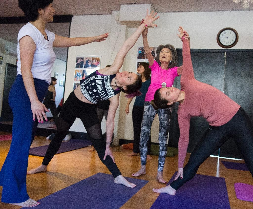 Yoga master Tao Porchon-Lynch (C) conducts a lesson at a yoga studio in Hartsdale, New York (AFP Photo/Don EMMERT)