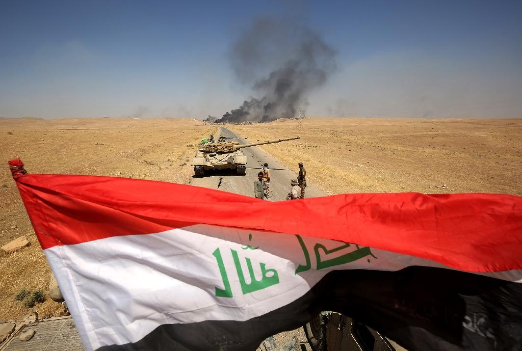 Smoke billows from the village of al-Ayadieh north of Tal Afar as Iraqi forces advance against the Islamic State group on August 28, 2017 (AFP Photo/AHMAD AL-RUBAYE)