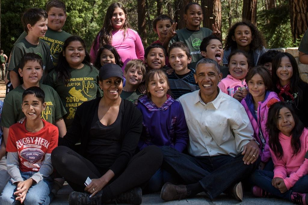 US First Lady Michelle Obama and President Barack Obama pose with children after speaking in Yosemite National Park, on June 18, 2016 (AFP Photo/Brendan Smialowski)