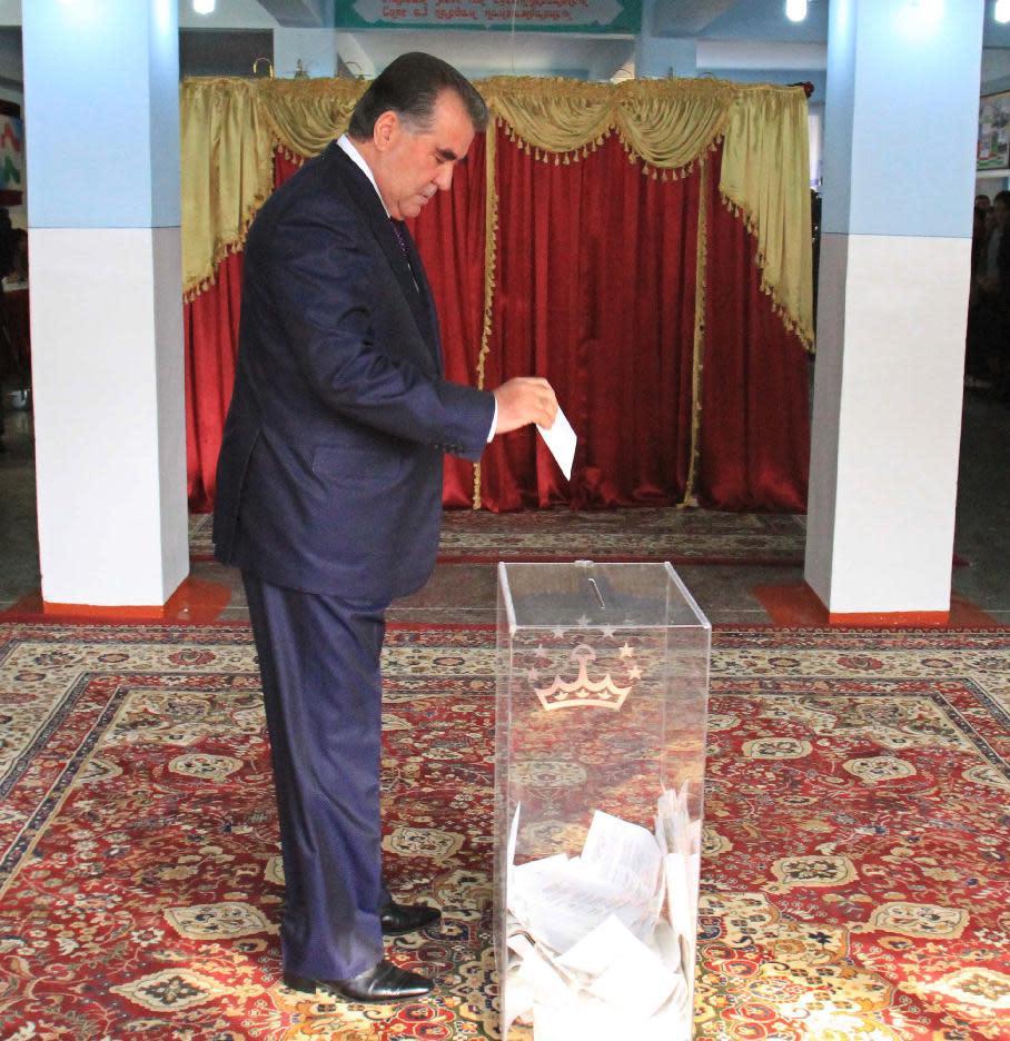 Tajikistan'S President Emomali Rakhmon casts his ballot at a polling station in Dushanbe, on November 6, 2013 (AFP Photo/)