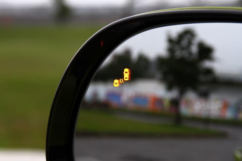 當車身左右兩側有車輛逼近時,後照鏡會出現警示圖案會亮起,同時也會有警告音提醒