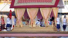 El rey de Tailandia culmina su coronación con una procesión de barcazas reales