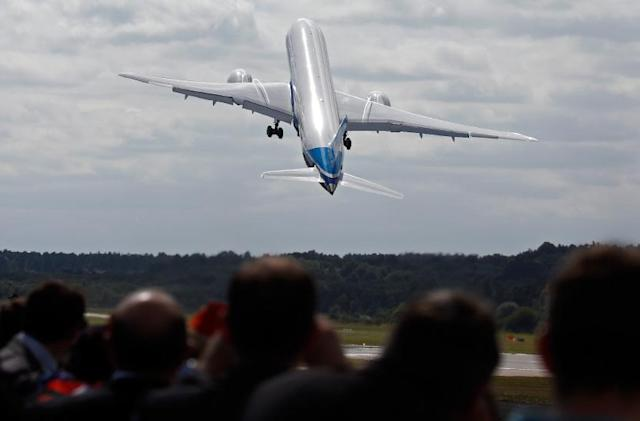 The Big Picture: Boeing 787-9 performs extreme maneuvers at Farnborough