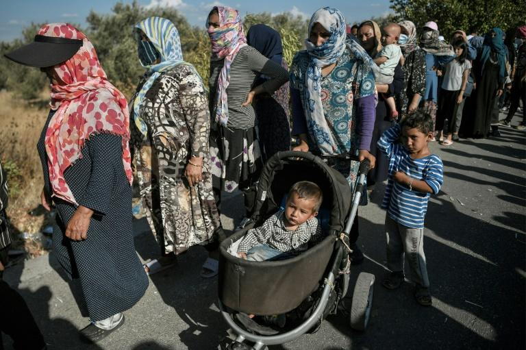 Thousands waited for hours for the distribution of food and water on the road near Kara Tepe