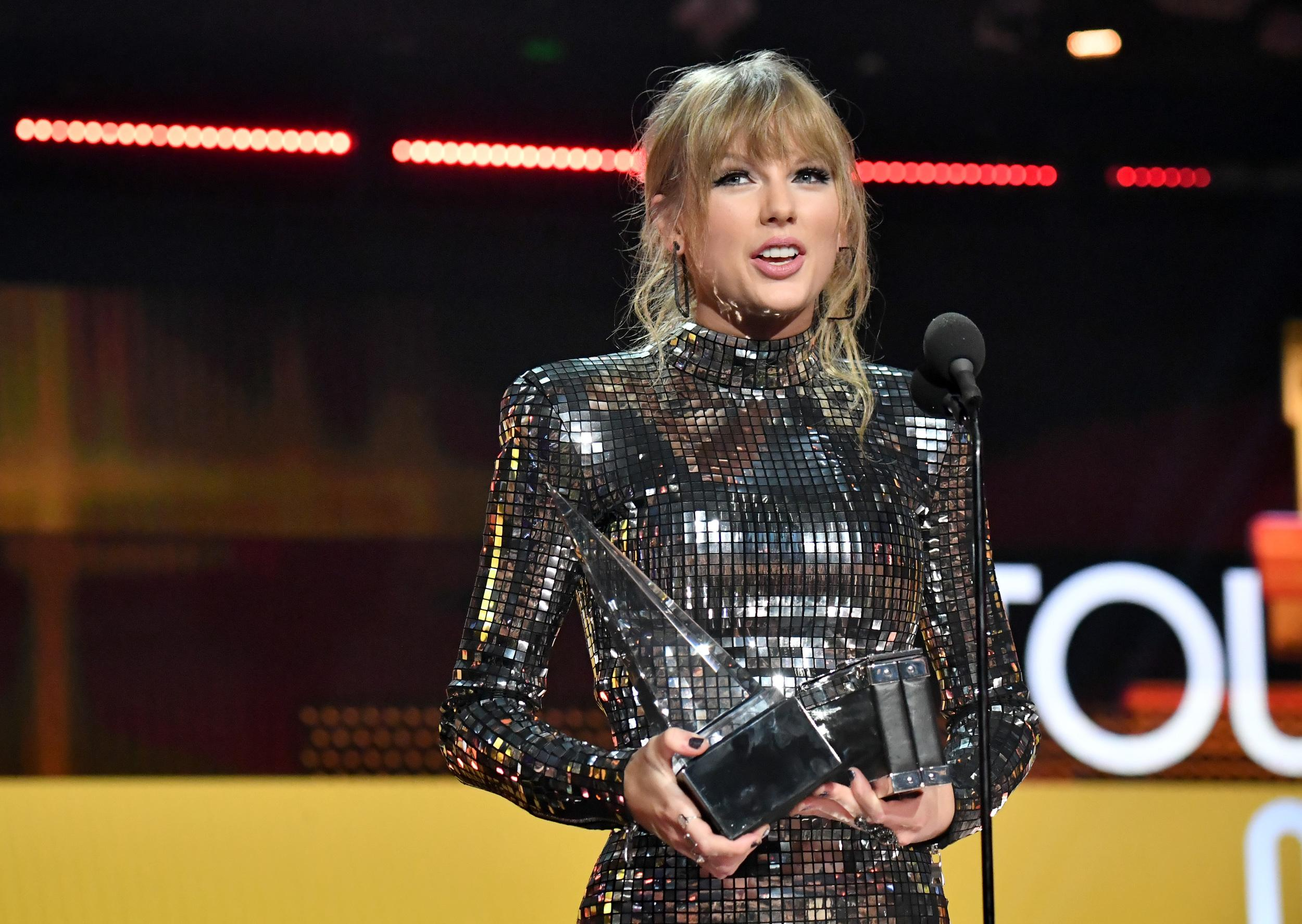 LOS ANGELES, CA - OCTOBER 09:  Taylor Swift accepts the Tour of the Year award onstage during the 2018 American Music Awards at Microsoft Theater on October 9, 2018 in Los Angeles, California.  (Photo by Jeff Kravitz/AMA2018/FilmMagic For dcp ,)