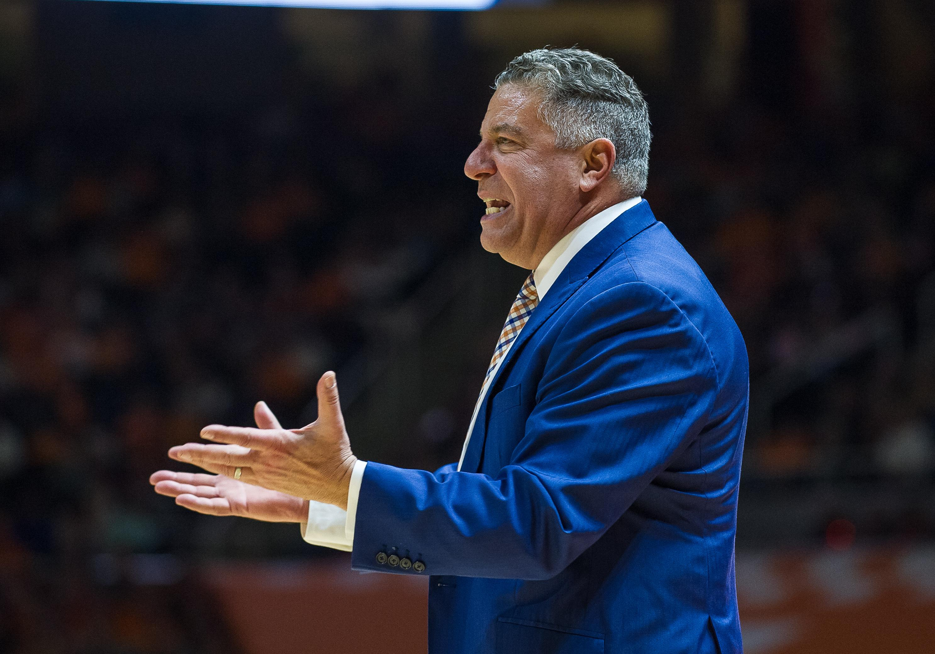 Auburn's Bruce Pearl accidentally punches own player in face Bruce Pearl