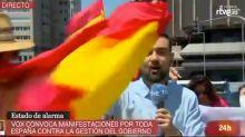 Este periodista de TVE arrasa con su reacción al ser increpado por manifestantes contra el Gobierno