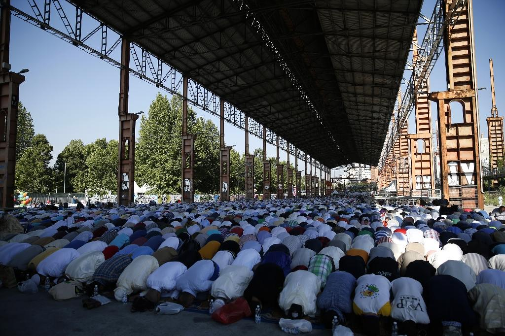 Muslim worshippers pray during celebrations of Eid al-Fitr marking the end of the fasting month of Ramadan in Turin, Italy (AFP Photo/Marco Bertorello)