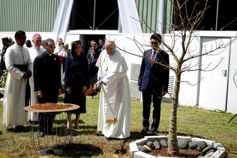 Pope pleads with Madagascans to protect rainforest