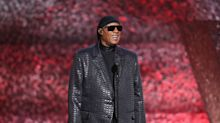 """Stevie Wonder reflete sobre racismo e critica Donald Trump: """"enxergo melhor do que você"""""""