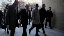 """Au procès d'Harvey Weinstein, l'accusation dépeint """"un violeur"""" et la défense accable les plaignantes"""
