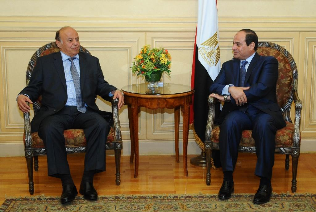 A picture made available on March 27, 2015 by the Egyptian presidency shows President Abdel Fattah al-Sisi (R) meeting with Yemen's President Abedrabbo Mansour Hadi in Red Sea resort of Sharm El-Sheikh (AFP Photo/)