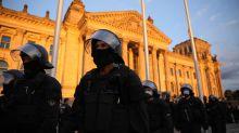 Corona-Liveblog Berlin: Polizei fängt Demonstranten auf Treppe des Reichstags ab