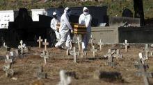 Solidão na hora da despedida: coronavírus impõe isolamento até no luto e muda a rotina em cemitérios