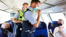 Corona-Pandemie: Maskenpflicht in Zügen: Auf Kontrollfahrt im RE5