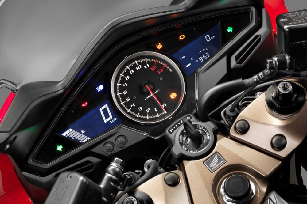 左右螢幕搭配中央轉速的設計。