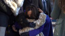 Quién es la niña a la que Kamala Harris besó durante la investidura