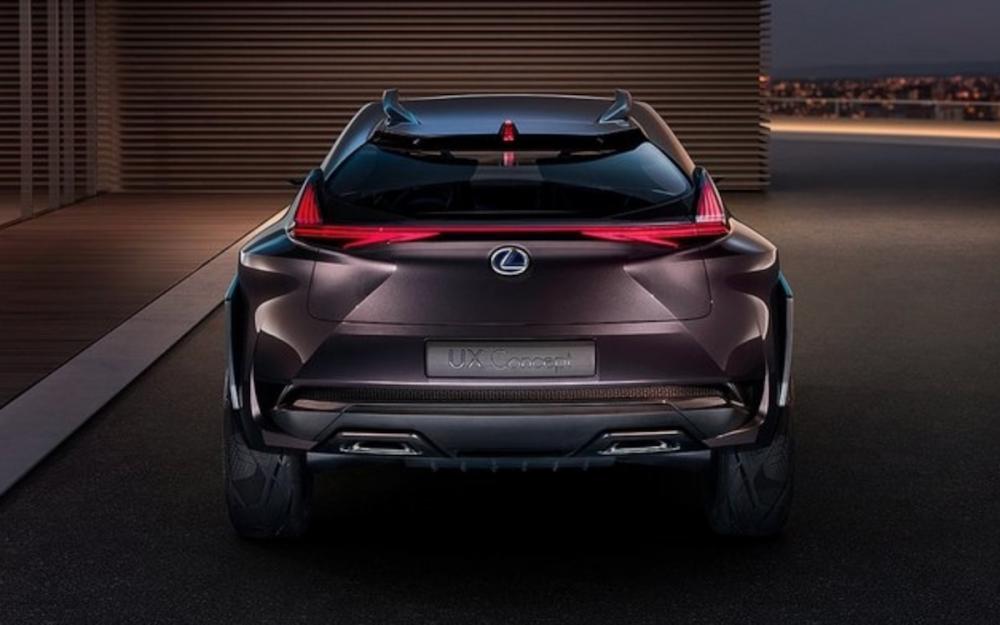 相較於圖中的 UX Concept 概念車,UX 量產車後葉子板沒有誇示的大暴龜造型,左右連成一氣的紅色 LED 尾燈光條兩端突起的部分,也遠不如概念車上那般高聳突出。