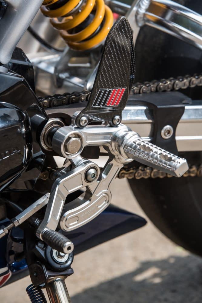 TYGA 的腳踏後移組具備碳纖維小翅膀,造型相當亮眼。